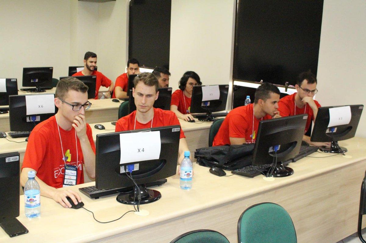 Dupla de acadêmicos de Economia da Furb fica em 3º lugar na Gincana Nacional - Corecon/SC