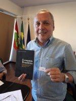 Economista de SP que mora em Joaçaba ganha o livro do mês do Corecon - Corecon/SC